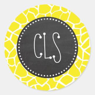 Jirafa amarilla de Aureolin Mirada de la pizarra Etiqueta Redonda
