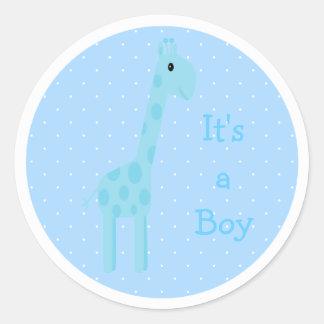 Jirafa azul linda su un nuevo bebé del muchacho pegatina redonda
