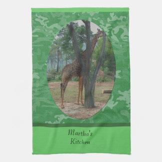 jirafa detrás de una torre del verde del árbol toalla de mano