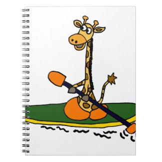 Jirafa divertida en kajak libreta espiral