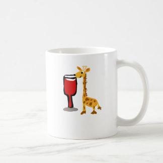 Jirafa divertida que bebe el dibujo animado del taza de café