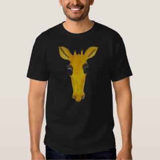 Jirafa en la camiseta negra polera