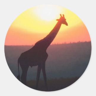 Jirafa en la puesta del sol pegatina redonda