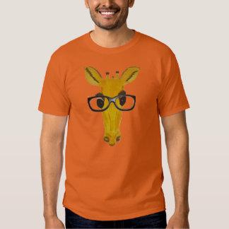 Jirafa en las diversas camisetas coloreadas poleras