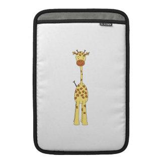 Jirafa linda alta. Animal del dibujo animado Fundas MacBook