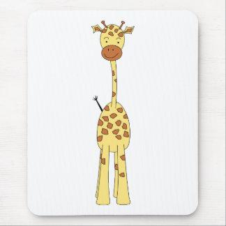 Jirafa linda alta. Animal del dibujo animado Mousepads