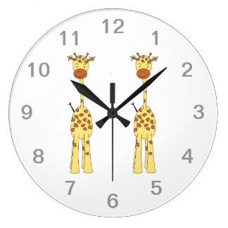 Jirafa linda alta. Animal del dibujo animado Reloj Redondo Grande