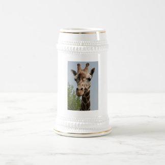 Jirafa linda jarra de cerveza
