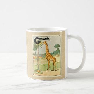 Jirafa que come el acacia en el desierto taza básica blanca