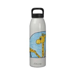 Jirafa que conduce un coche botella de agua