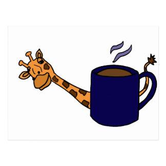 Jirafa que oculta detrás de la taza de café azul tarjetas postales