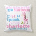 Jirafa rosada con la invitación rosada del nacimie almohadas