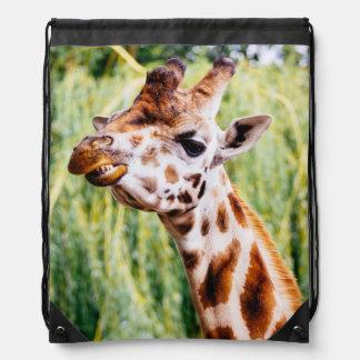 Jirafa sonriente, animal que muestra sus dientes mochilas
