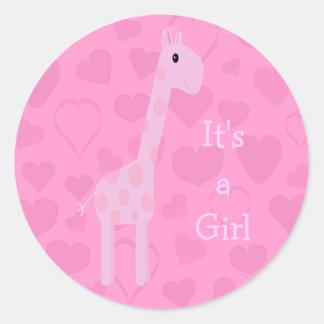 Jirafa y corazones rosados lindos su un nuevo bebé etiqueta redonda