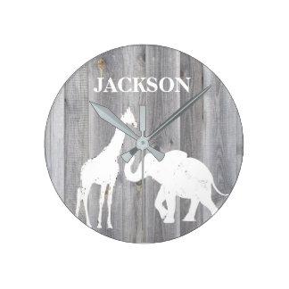 Jirafa y elefante en el reloj de madera gris del