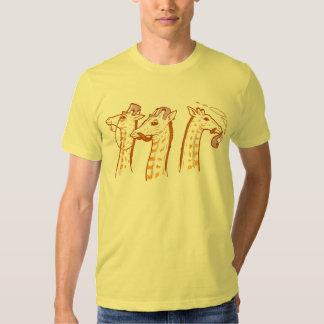 Jirafas con la camisa del individuo de los bigotes