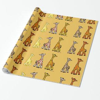 Jirafas del bebé en un papel de embalaje de la papel de regalo