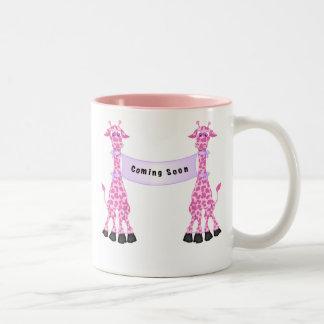 Jirafas rosadas que vienen pronto taza de café de dos colores