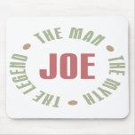 Joe el hombre el mito la leyenda junta con te los  tapetes de raton