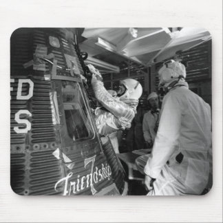 John Glenn que entra en la nave espacial de la ami Alfombrillas De Ratones