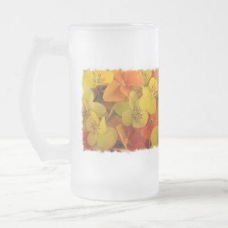 Johnny anaranjado y amarillo salta encima de la ce taza de café