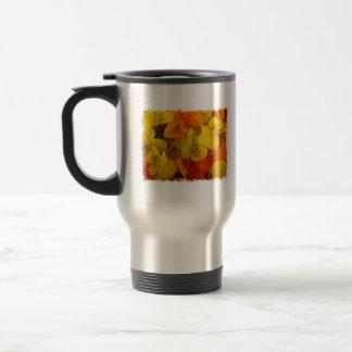 Johnny anaranjado y amarillo salta encima de la tazas de café