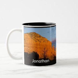 Jonatán en la taza roja de la roca de la salida de