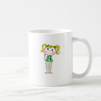 Joven del girl scout que guarda la promesa taza de café