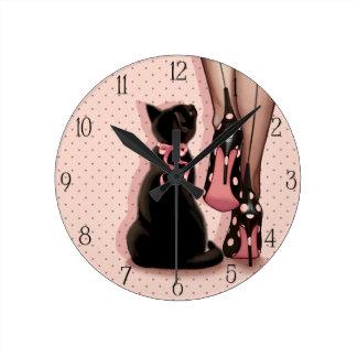 Joven mujer elegante y gato negro reloj redondo mediano