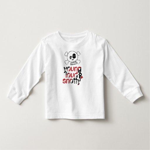 joven, ruidosamente y camiseta mocosa