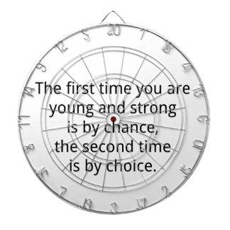 Joven y fuerte tabla dardos