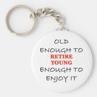 Jóvenes bastante a retirarse llavero redondo tipo pin
