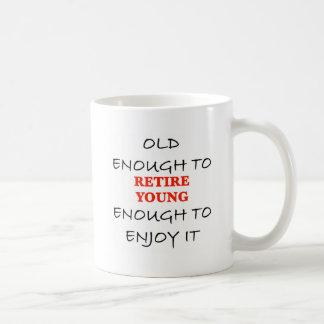 Jóvenes bastante a retirarse taza básica blanca