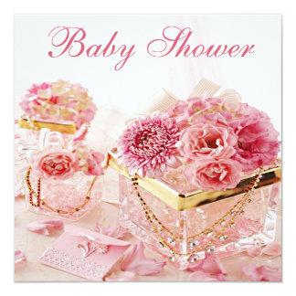 Joyas atractivas, flores rosadas y fiesta de invitación
