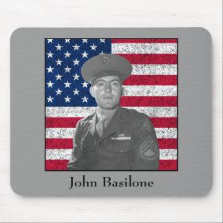 Juan Basilone y la bandera americana Tapetes De Ratones