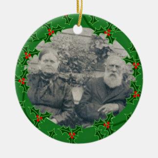 Juan y ornamento del navidad de Mahala McGraw Adorno Navideño Redondo De Cerámica