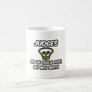 Jueces… como la gente regular, solamente más elega taza básica blanca