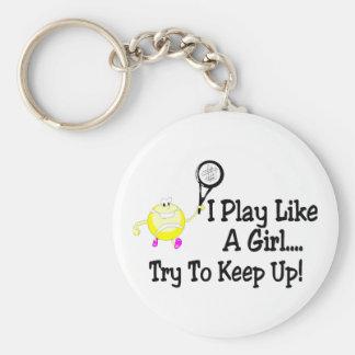 Juego a tenis como un intento del chica para conti llavero redondo tipo pin