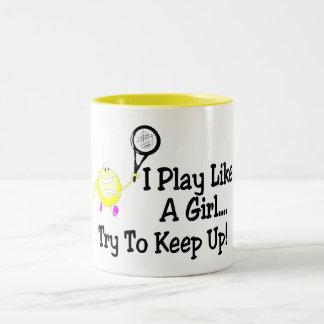 Juego a tenis como un intento del chica para taza de café de dos colores