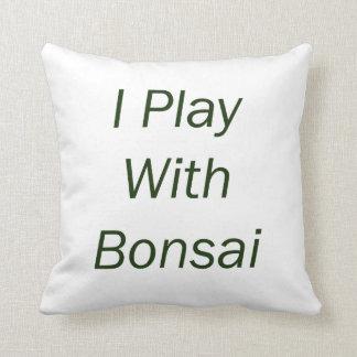 Juego con el texto del verde de los bonsais cojín decorativo