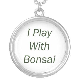 Juego con el texto del verde de los bonsais collar plateado