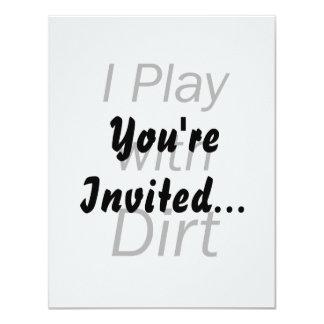 Juego con las letras negras de la suciedad invitación 10,8 x 13,9 cm