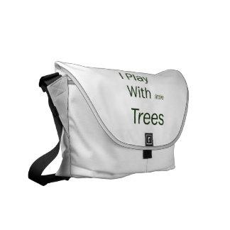 Juego con los pequeños árboles bolsa de mensajeria