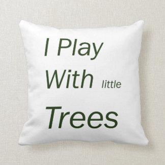Juego con los pequeños árboles cojín decorativo