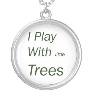 Juego con los pequeños árboles collar plateado