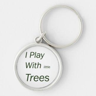 Juego con los pequeños árboles llavero redondo plateado