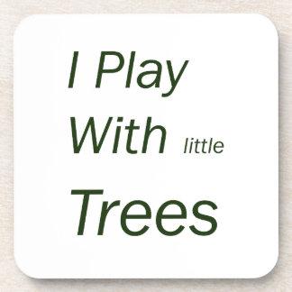 Juego con los pequeños árboles posavaso
