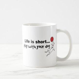Juego con su perro taza