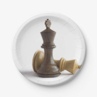 Juego de ajedrez encima platos de papel