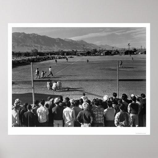 Juego de béisbol en Manzanar Póster